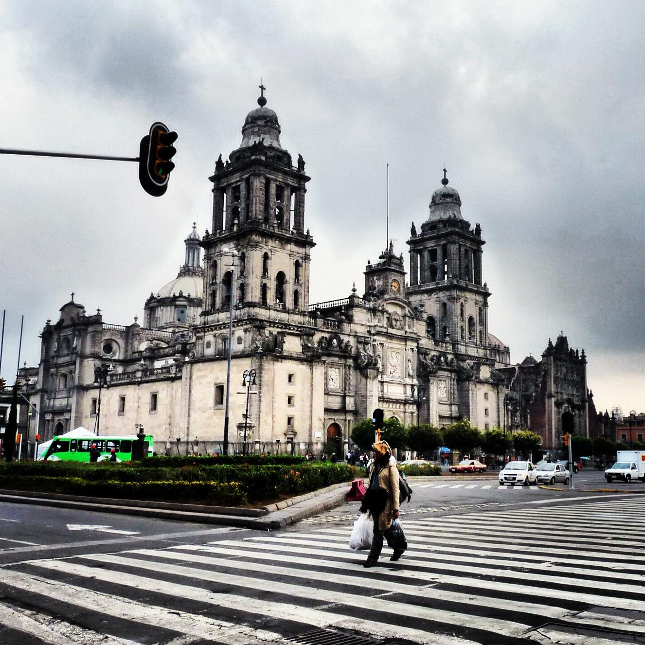personas caminando por el centro histórico de la CDMX